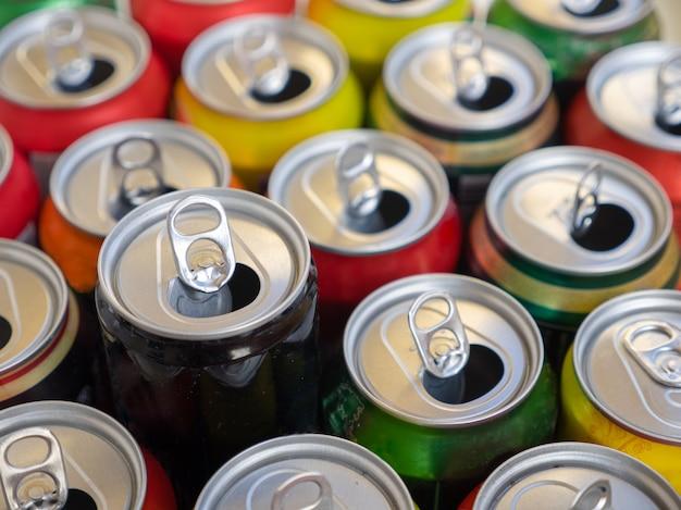 Vue de dessus de canettes vides en aluminium ou en métal de recyclage. groupe de canettes pour réutilisation et recyclage.