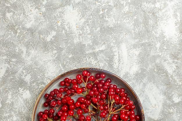 Vue de dessus de canneberges rouges fruits moelleux sur fond blanc
