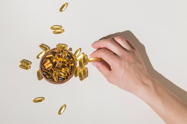 Vue de dessus des capsules médicales de cueillette à la main