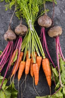 Vue de dessus de carottes et de betteraves