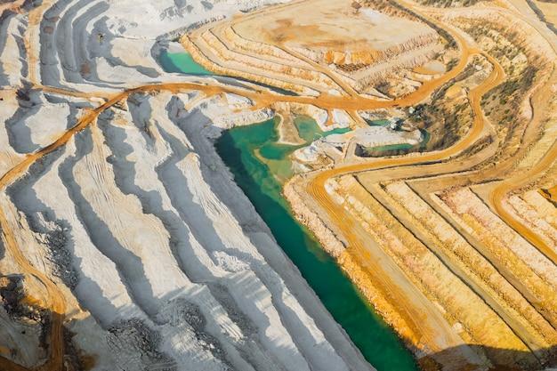 Vue de dessus sur une carrière de sable. vue aérienne sur une exploitation de ressources naturelles ou de minerai.