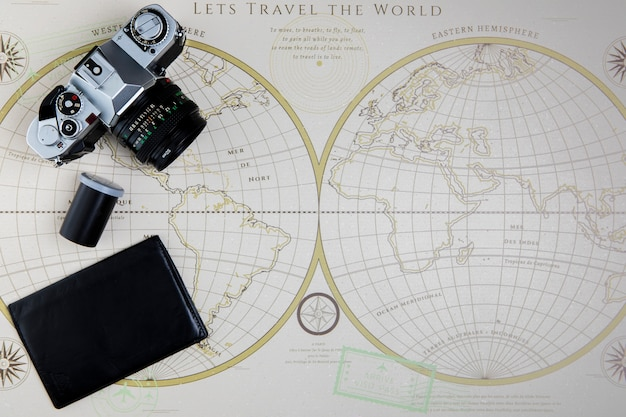 Vue de dessus carte et appareil photo pour voyager