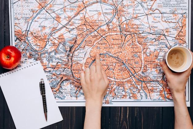Vue de dessus d'une carte et d'éléments