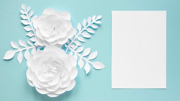 Vue de dessus de la carte avec des fleurs en papier pour la journée de la femme