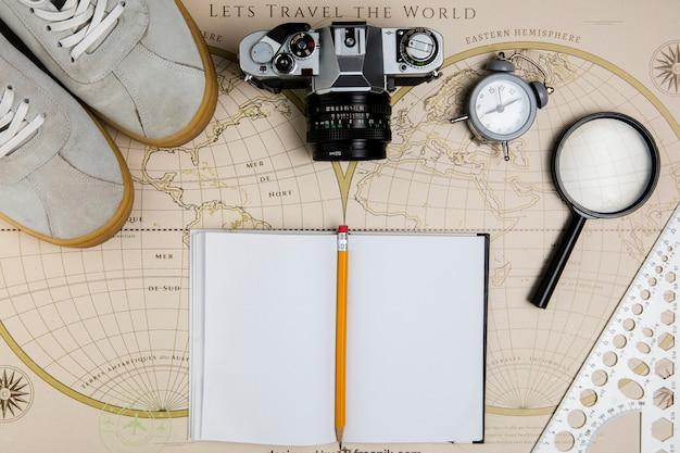 Vue de dessus carte avec outils de voyage sur