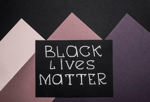 Vue de dessus de la carte avec slogan de la matière des vies noires sur papier multicolore