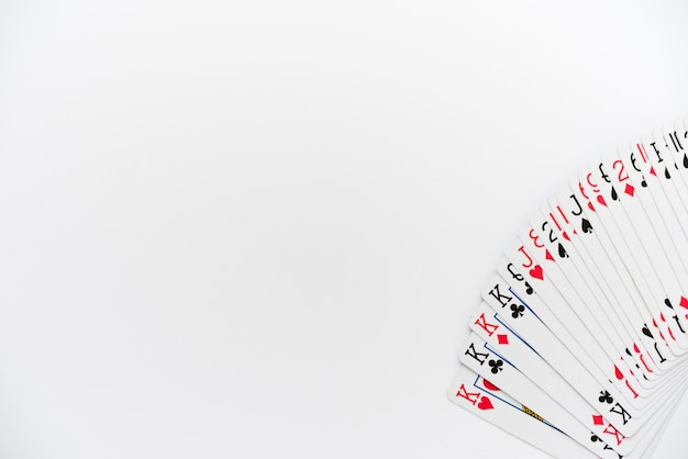 Vue de dessus cartes à jouer sur fond blanc