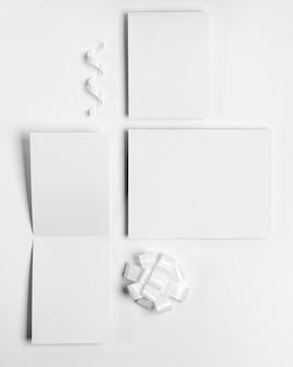 Vue de dessus des cartes vides sur fond blanc