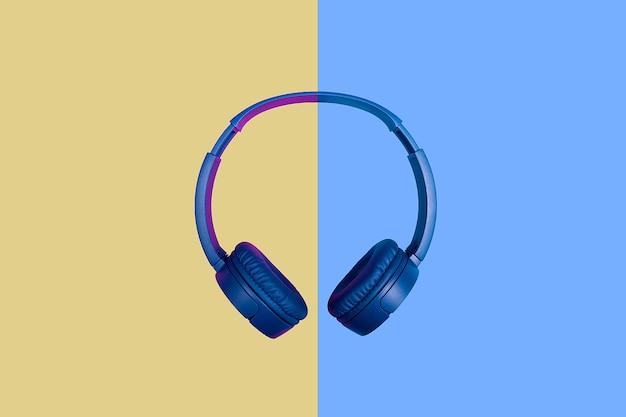 Vue de dessus sur un casque bleu sur fond bicolore. style plat minimal. design et couleurs