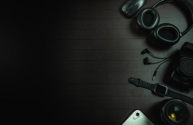 Vue de dessus de casque, souris, montre apple, ipad, appareil photo et objectif