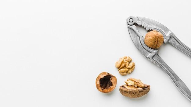 Vue de dessus casse-noix avec un écrou