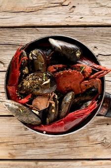 Vue de dessus de la casserole avec du crabe et des moules
