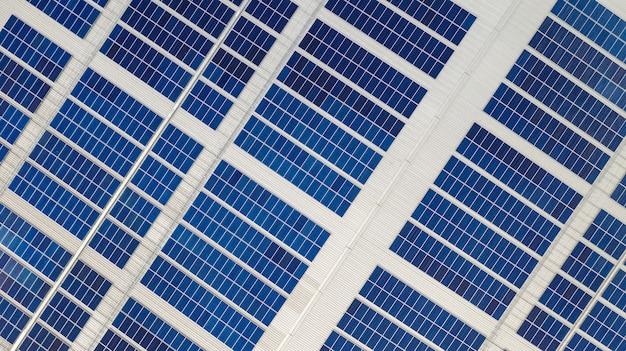 La vue de dessus des cellules solaires sur le toit prises avec les drones