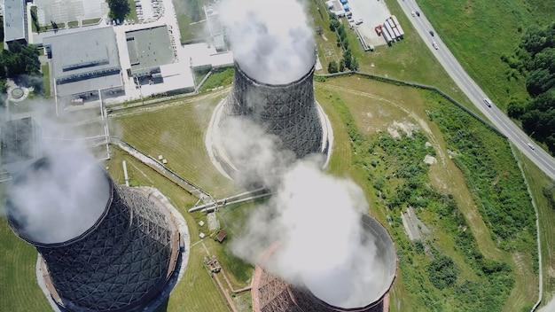 Vue de dessus de la centrale nucléaire vue à vol d'oiseau des tuyaux de vapeur