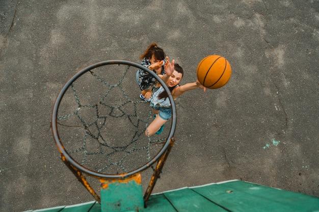 Vue de dessus avec un cerceau de filles jouant au basketball