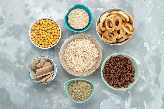 Vue de dessus des céréales et des craquelins à l'intérieur des assiettes sur bleu, petit déjeuner de céréales croustillantes