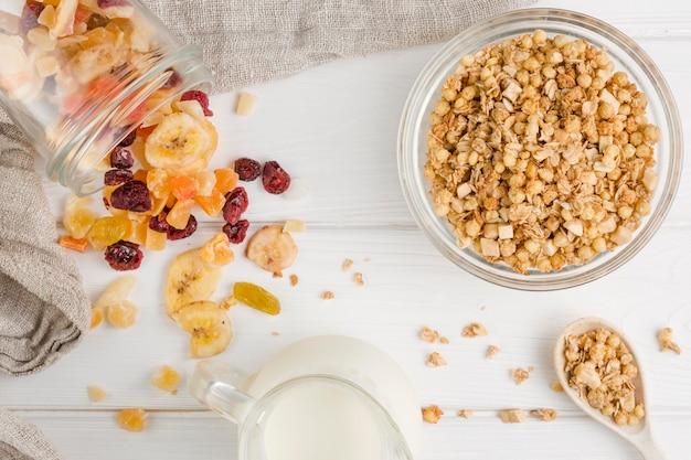 Vue de dessus des céréales et des fruits secs