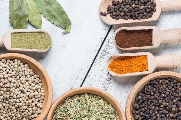 Vue de dessus des céréales et des graines colorées