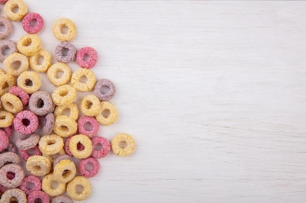 Vue de dessus des céréales multicolores et en boucle isolé sur une surface blanche