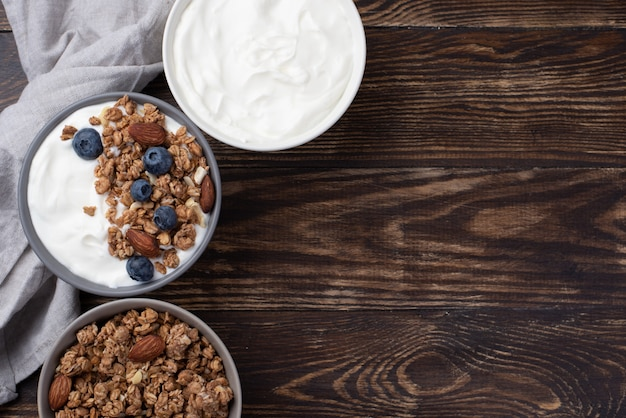 Vue de dessus des céréales de petit déjeuner avec du yaourt et des bleuets