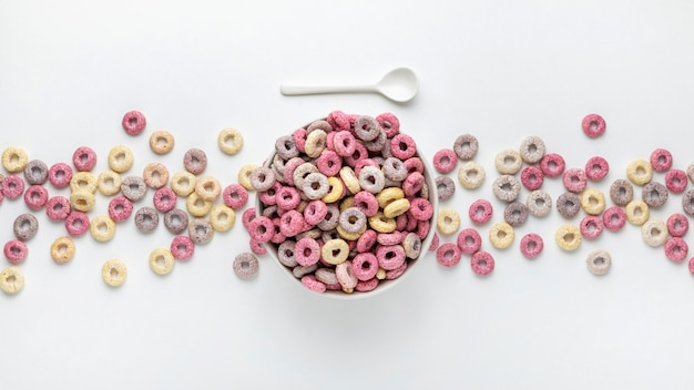 Vue de dessus des céréales de petit déjeuner multicolores avec du lait