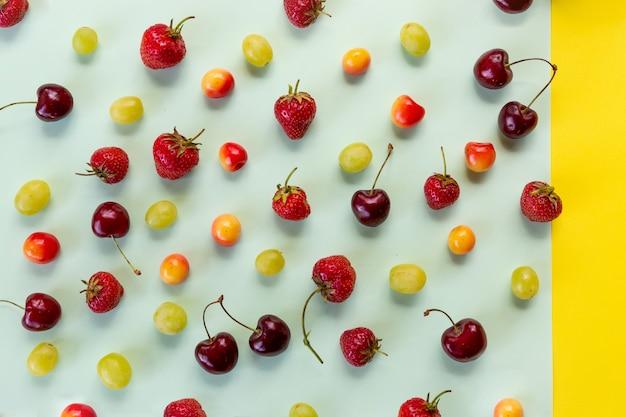 Vue de dessus des cerises mûres et des fraises
