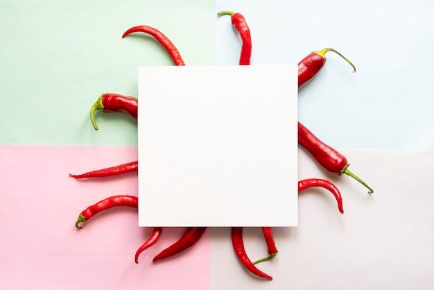 Vue de dessus de certains piments rouges avec cadre carré sur le dessus de la surface de couleur douce copie espace concept f