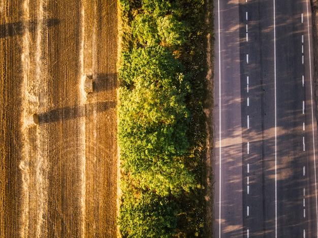 Vue de dessus d'un champ, vert et route. coucher de soleil en europe