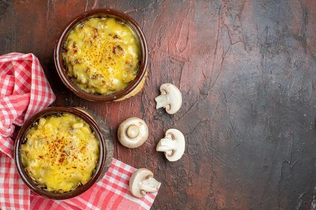 Vue de dessus champignon avec mosarella dans des bols champignons nappe rouge sur table rouge foncé avec copie place