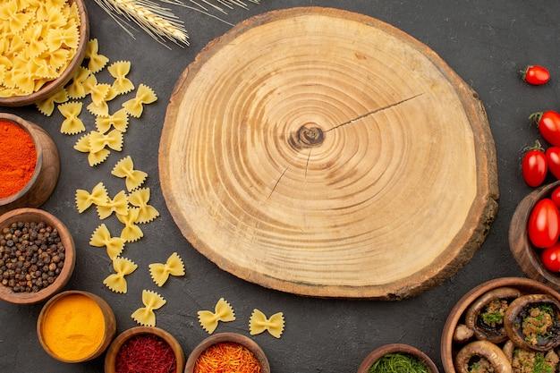 Vue de dessus champignons cuits avec assaisonnements sur table sombre dîner plat de pâtes sauvages