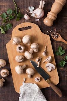 Vue de dessus des champignons sur une planche à découper