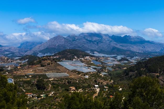 Vue de dessus des champs agricoles dans le fond des montagnes en espagne. agriculture