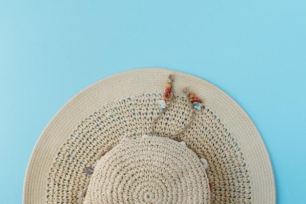 Vue de dessus chapeau sur fond bleu