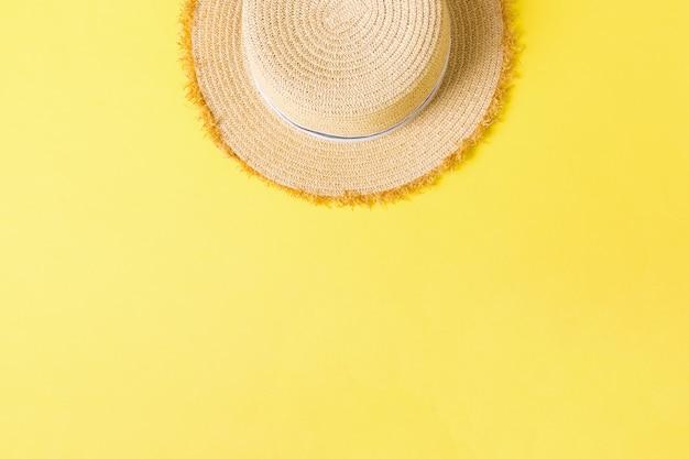 Vue de dessus de chapeau de paille rétro jaune avec espace de copie. concept d'été sur fond jaune