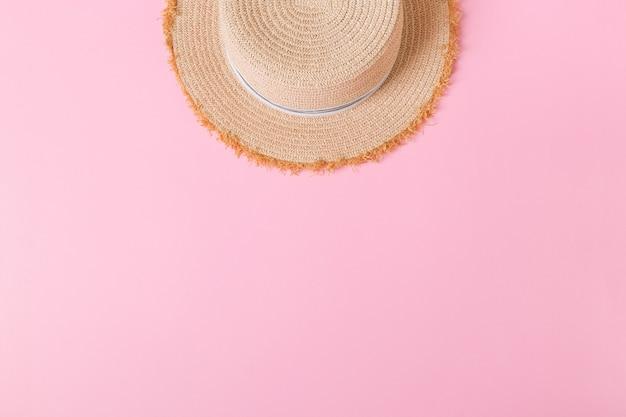 Vue de dessus de chapeau de paille rétro jaune avec espace de copie. concept d'été sur fond rose.