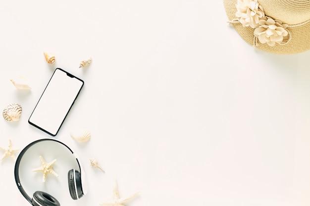 Vue de dessus des chapeaux de paille avec des lunettes et des écouteurs de musique