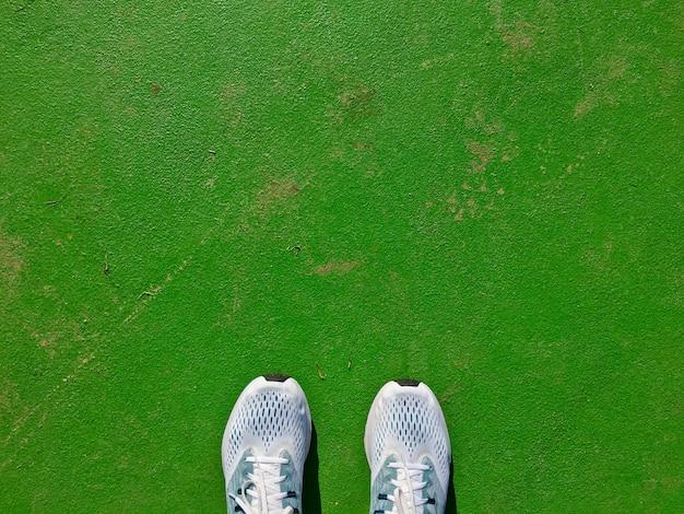 Vue de dessus des chaussures utilisées pour les hommes qui courent sur le green groud