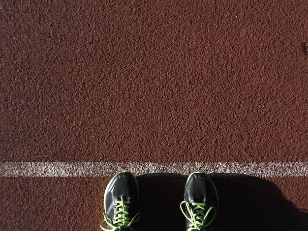 Vue de dessus des chaussures utilisées pour les hommes qui courent sur la piste