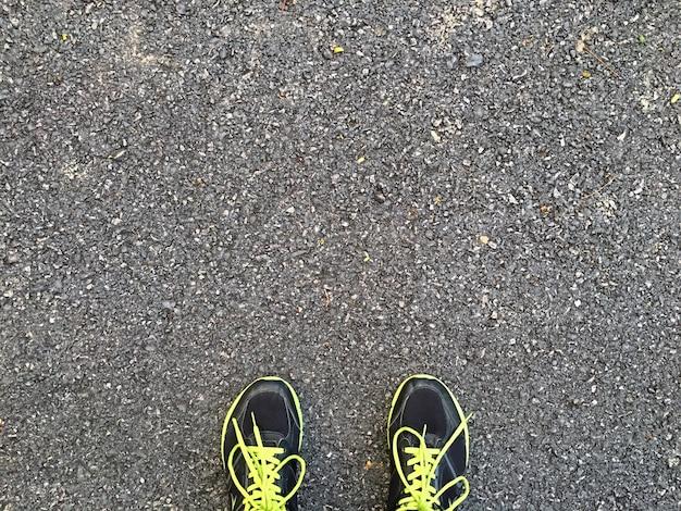Vue de dessus des chaussures utilisées pour les hommes qui courent sur la rue