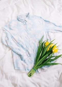 Vue de dessus de chemise au lit