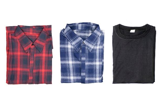 Vue de dessus de la chemise à carreaux rouge et bleu plié isolé sur fond blanc