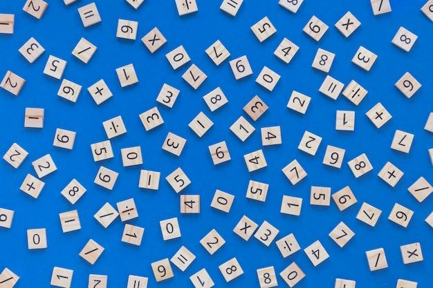 Vue de dessus des chiffres et des lettres mathématiques et scientifiques