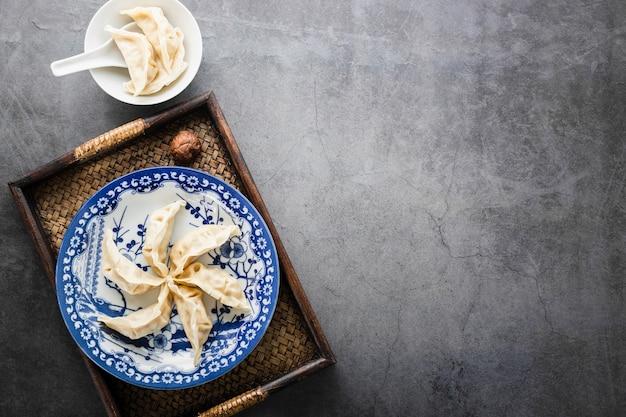 Vue de dessus chinois petits pains cuits à la vapeur avec fond
