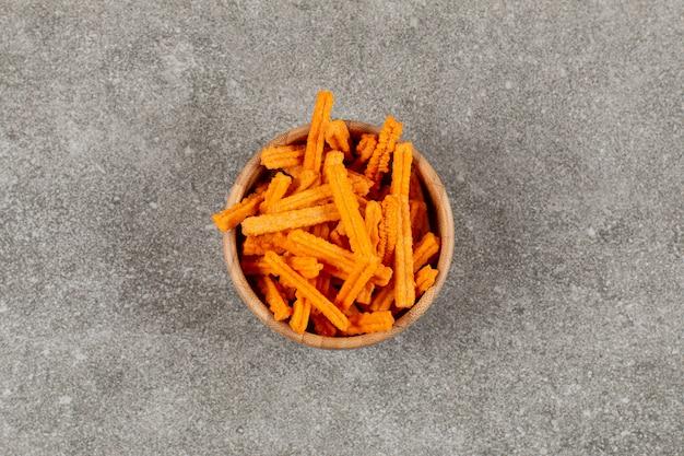 Vue de dessus de chips épicées dans un bol en bois.