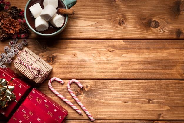 Vue de dessus chocolat chaud avec des bonbons