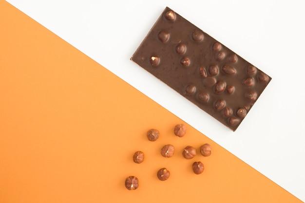 Vue de dessus de chocolat noir aux noisettes
