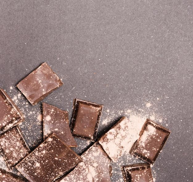 Vue de dessus chocolat noir recouvert de poudre de cacao