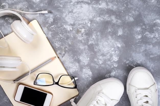 Vue de dessus des choses de voyage. articles de voyage essentiels. chaussures, smart phone, notebook, sun glasse