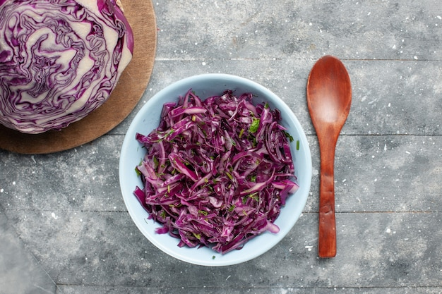 Vue de dessus chou tranché frais chou violet entier et tranché sur le bureau gris salade de légumes frais mûrs