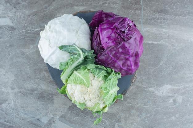Vue de dessus des choux biologiques frais. blanc vert et violet.